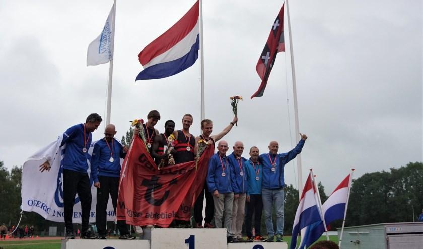 Het podium van de Nationale Kampioenschappen Estafette met geheel rechts Ad van Zelst, Ton van Liempt, Martien van de Ven en Ton Smetsers.