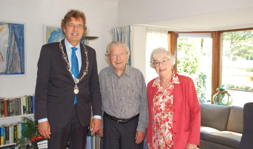 Het 65-jarig bruidspaar Harmsen-Smit werd maandag gefeliciteerd door burgemeester Verhulst.