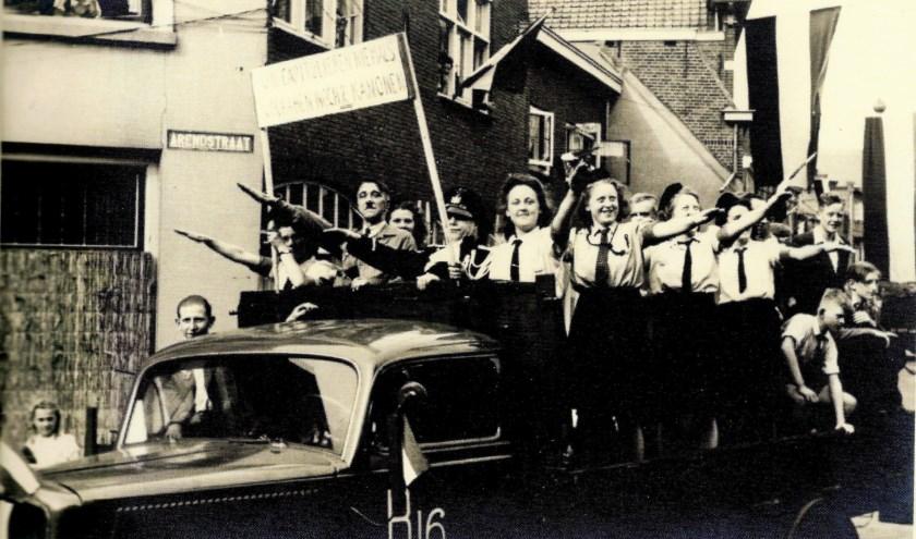 Tijdens de bevrijdingsoptocht van Oosterhout werd flink de draak gestoken met Hitler, de Nazi's en de NSB.