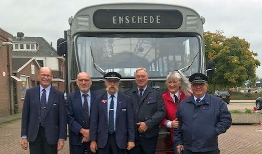 De trotse chauffeurs voor hun 52 jaar oude bus.