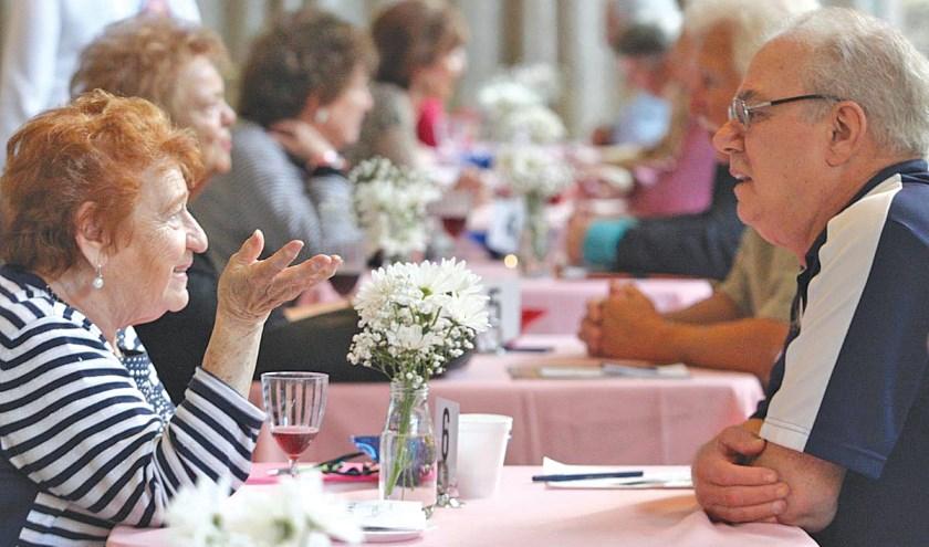 Zondag 3 november kunnen oudere alleenstaanden elkaar ontmoeten tijdens een speeddate bij Sprakel in Lonneker.