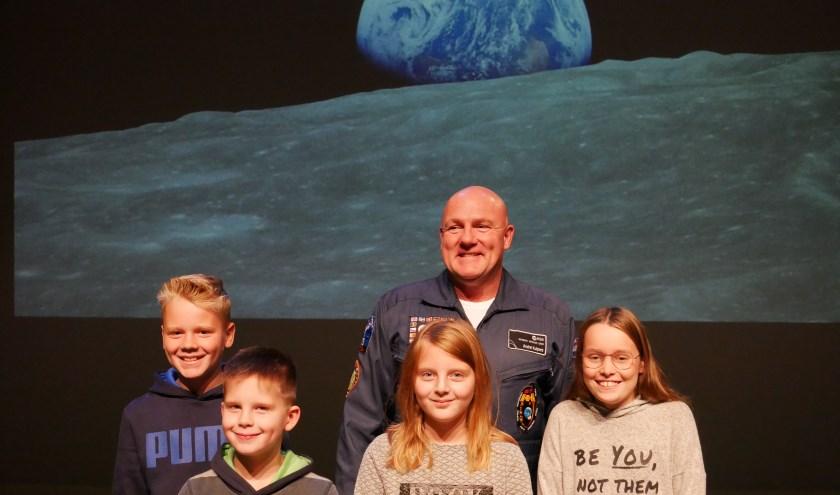 Hoe bijzonder is dit: op de foto gaan met een echte astronaut! Dat kunnen maar weinig mensen zeggen. (foto: PR)