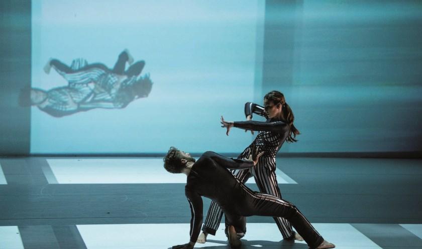 Animaties, drones, robots, videoprojectie en muziek spelen een gelijkwaardige rol met de dansers in Flirt with reality, donderdag 7 november in het Isala Theater. (Foto: David Middendorp)