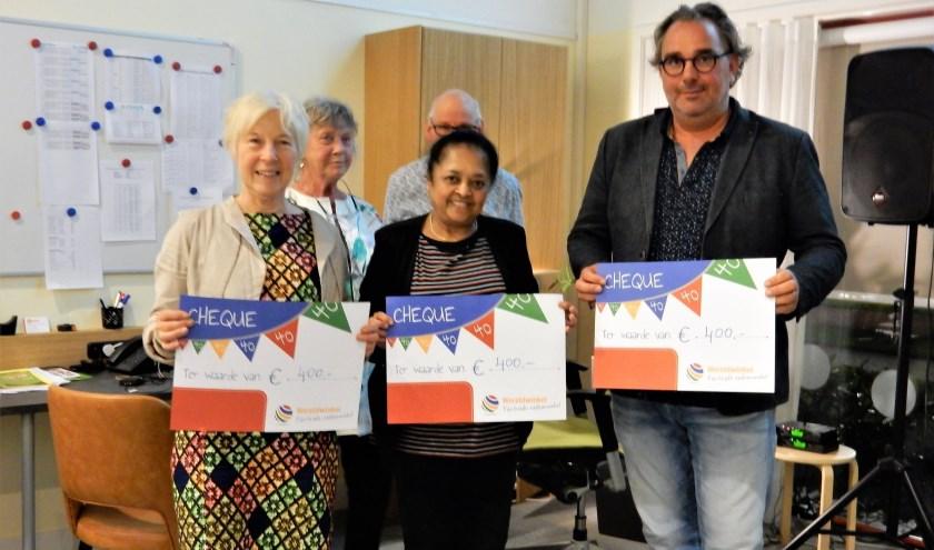 V.l.n.r. op de voorgrond: Cecile Meeuwsen (Tahoua Imports), Vimla Raniga (Siddarth Imports) en Robert Andeweg (Pa en Zoon Helpen)kregen een mooie cheque.
