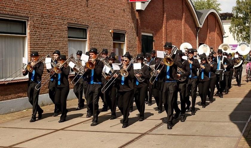 Het fanfare orkest van Eendracht in straatuniform.