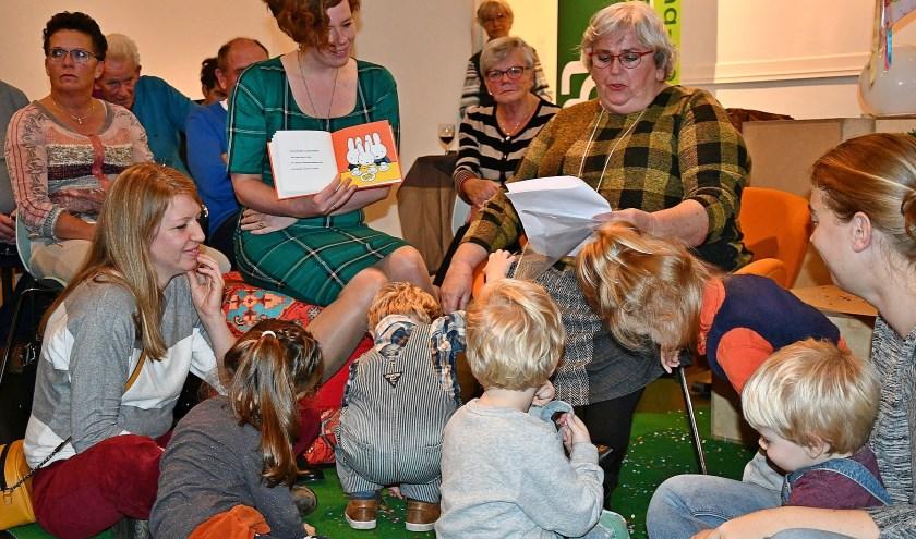 Maria Wigman-Schaars leest in het dialect verhaaltjes voor uit het nieuwe boekje van Nijntje. (foto: Ab Hendriks)