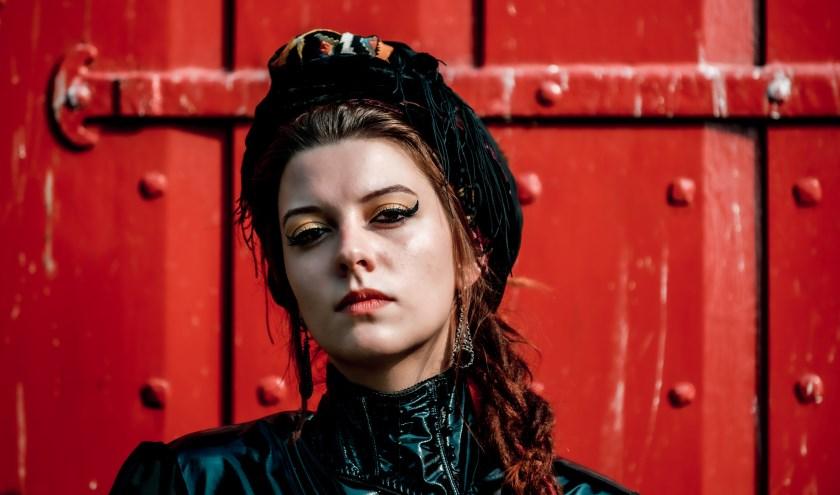 Camilla Blue zingt werk van haar nieuwe album Yellow dat binnenkort verschijnt.