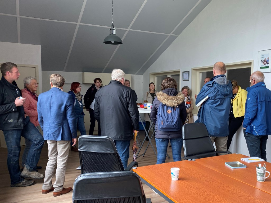 Belangstellenden luisteren naar uitleg van Jaap Kreuger Foto: Edith Op de Woerd © DPG Media