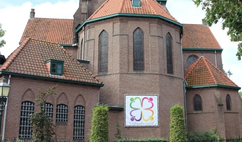 De banner met het nieuwe logo en motto buiten op het kerkgebouw is een start om Vitaliteit vorm te geven. (Foto: Vitaliteitsgroep)