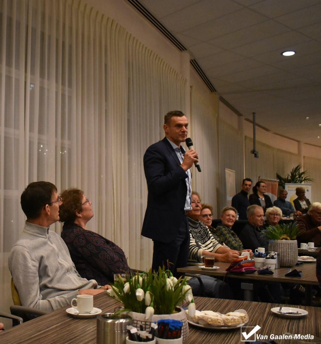 Wethouder Eric Braamhaar (NEW) stelt zich voor aan de nieuwe Wierdenaren.   © DPG Media
