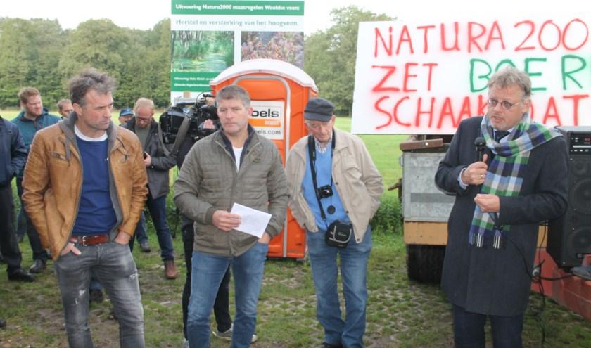 Gedeputeerde Peter Drenth (r.) spreekt de boeren toe, Links de initiatiefnemers Henk Hoenink en Alfred Scholten. (Foto Lineke Voltman)
