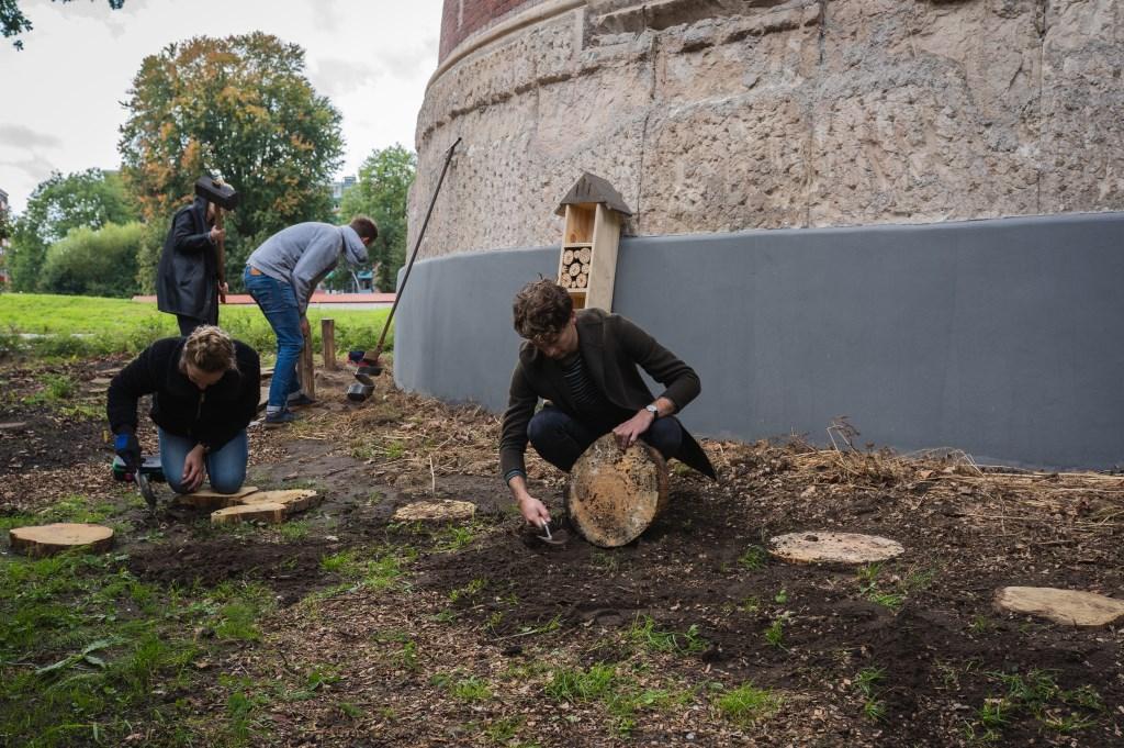 Werken aan de gezamenlijke burentuin.  © DPG Media