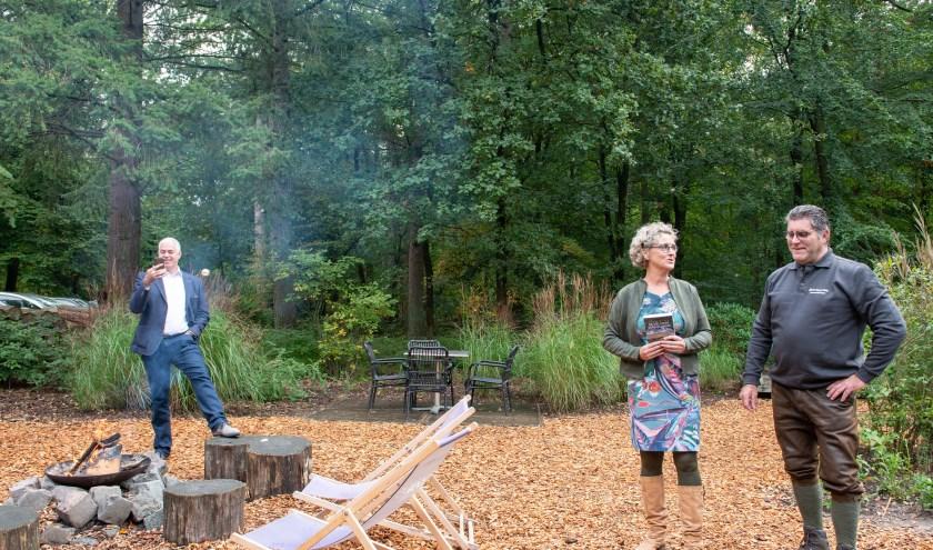 Bertina Mulder uit Epe omringt zich tijdens de boekpresentatie van haar derde roman door haar man Han (links) en natuurgids Jan Niebeek.