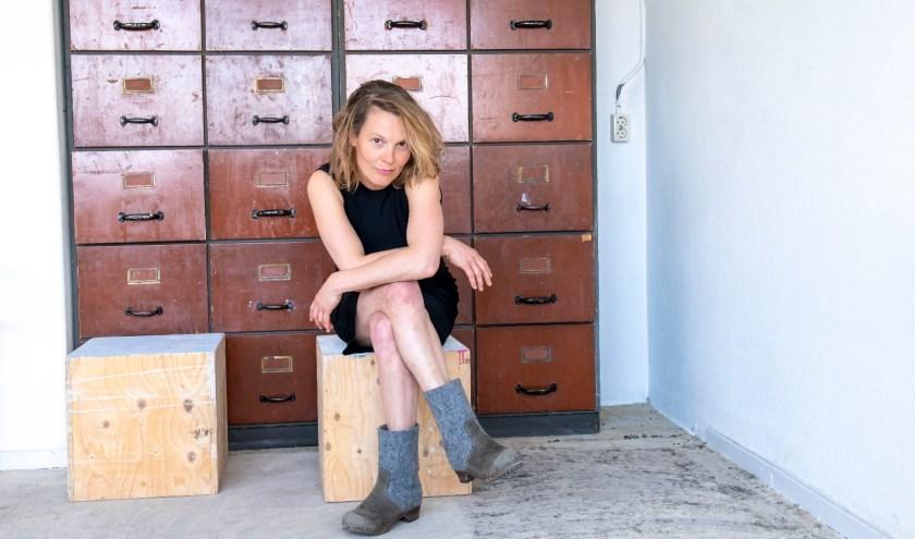 Theatermaakster Meike van den Akker wordt geïnterviewd voor 'De Vreelander creëert'. Tekst: Joke Stapper, eigen foto