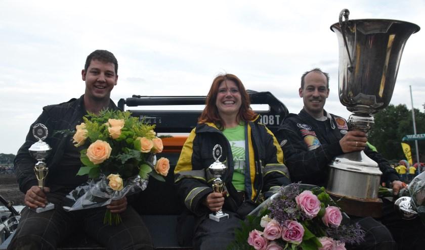 De finale werd gewonnen door Mark Verboven (rechts), Niels Simons (links) werd tweede en Susan Bokma (midden) eindigde als derde. Foto: Autocross BKT De Moer