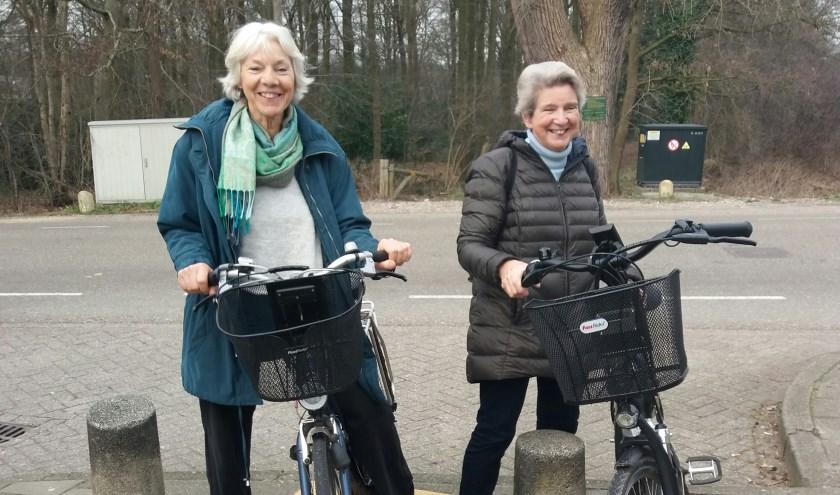 Twee dames hebben elkaar gevonden en gaan er lekker met de fiets op uit. Foto: Wilma Berends