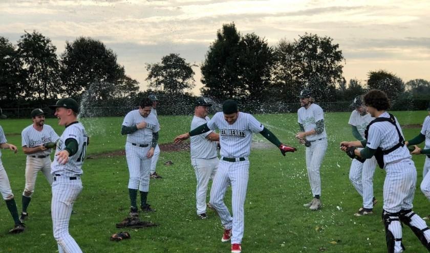 Met een champagne-douche aan het eind van de wedstrijd voor coach Dick van der Woude, sloten de Green Hearts een topseizoen af. (Foto: Green Hearts)