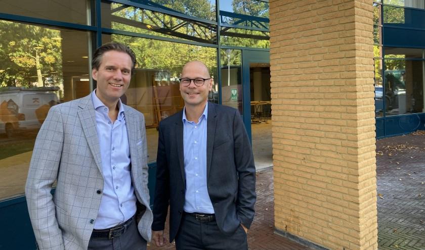 Vlnr Hans Bijmans (Bijmans Assurantiën) en Ron Gerrits (VIB Rob van Horssen) voor het nieuwe pand aan de Kasteellaan 32 in Wijchen.