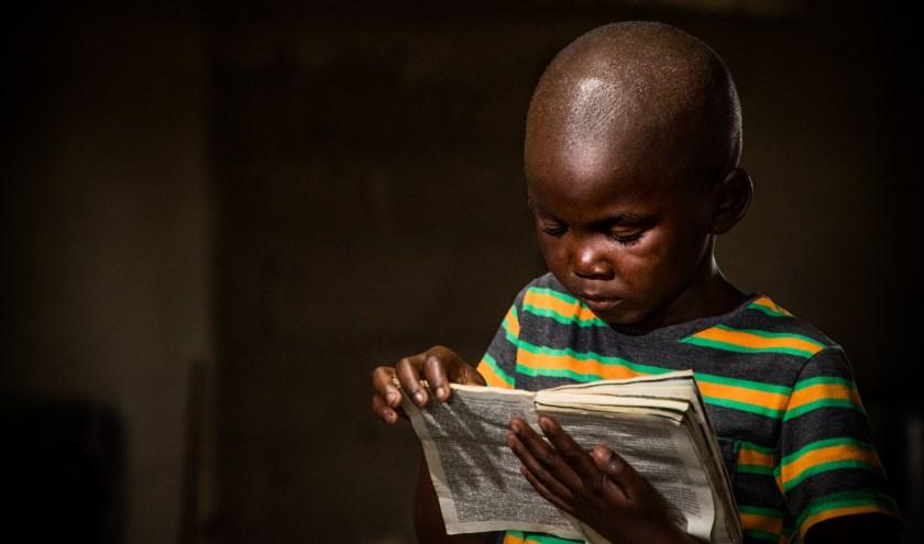 In de avond een boek lezen is lang niet overal in de wereld vanzelfsprekend (foto: Opmeer Reports).