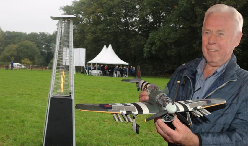 Gerrit van Zeijts, met model van het vliegtuig, kan zich de chrashdag nog goed herinneren.  (Foto: Arjen Dieperink)