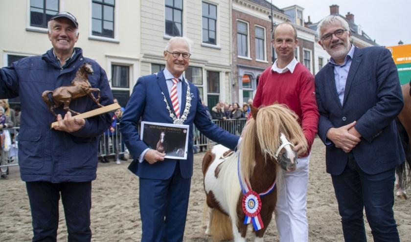 De prijs werd aan de gelukkige winnaar Gijs Frasa uitgereikt door burgemeester Jan Pieter Lokker, bijgestaan door wethouder Cees Taal. Foto: Jacques Stam