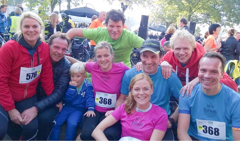 Jeroen Arends (midden in het groen) en Sabine Arends (daarvoor in het roze) doen al jaren mee aan de Landgoed Twente Marathon.