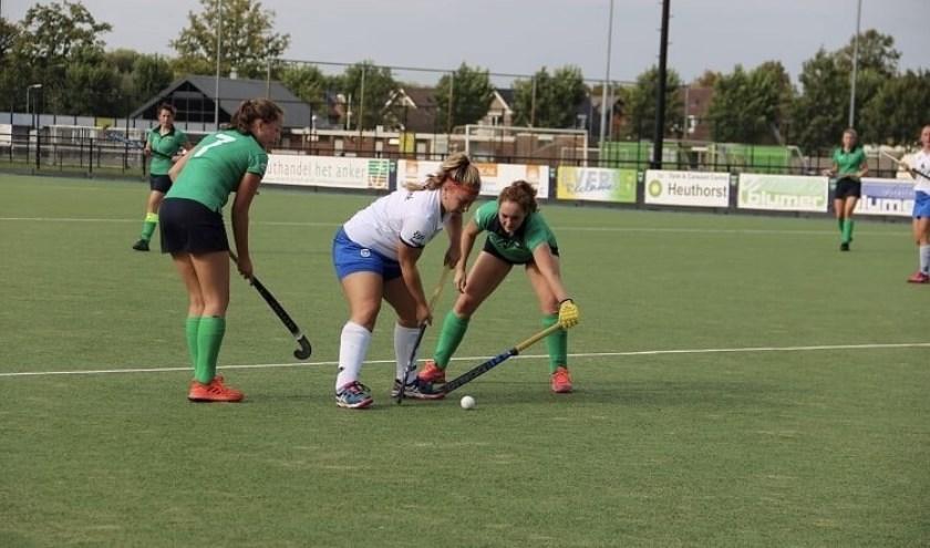 Mae Gerritsen (links) en Iris Beltman in duel.