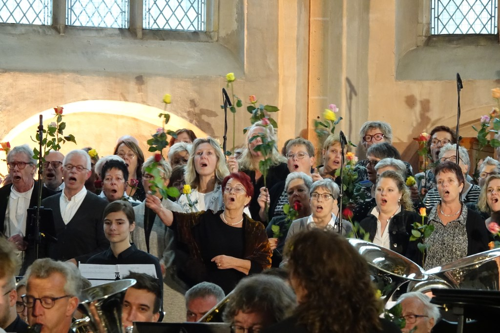 Het koor met voor een ieder een roos Foto: Bernard Rave © DPG Media