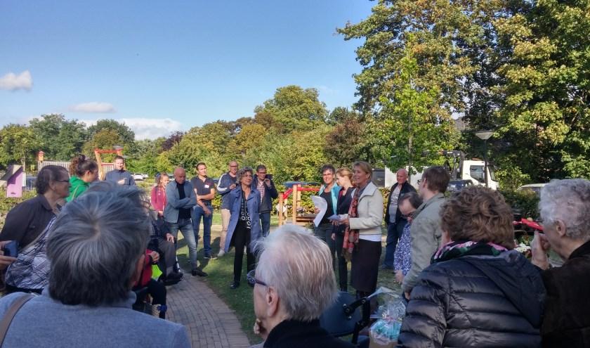 De vrijwilligers, subsidieverstrekkers en gebruikers die 27 september het vijfjarig bestaan van de Ontmoetingstuin en de officiële opening van de beweegtuin in Ammerzoden vierden, werden getrakteerd op zon.
