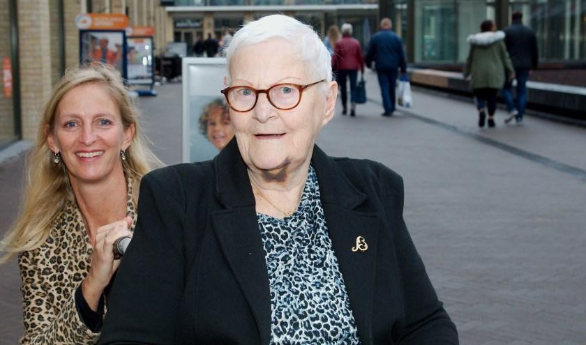 Moeder en dochter Nijborg op het vernieuwde winkelcentrum Anklaar