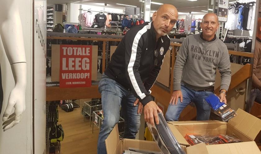 Ed Dolphijn en Jeroen van der Grijn willen zo min mogelijk dozen verhuizen naar de nieuwe winkel. (foto: Kees Stap)