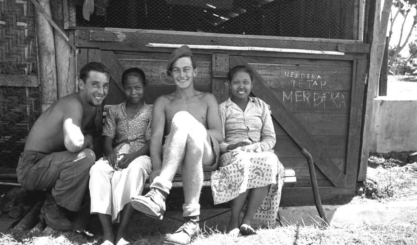 Nederlandse militairen in het gezelschap van jonge Indonesische vrouwen in Purwokerto (Java), 25 juli 1947 (foto Nationaal Archief)