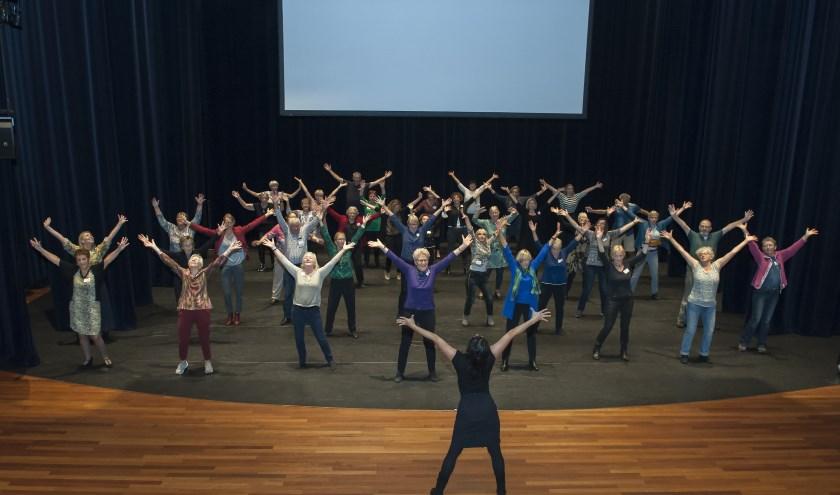 Onvergetelijk Houten: 65-plussers maken een danstheatervoorstelling. Foto: Paul van der Klei