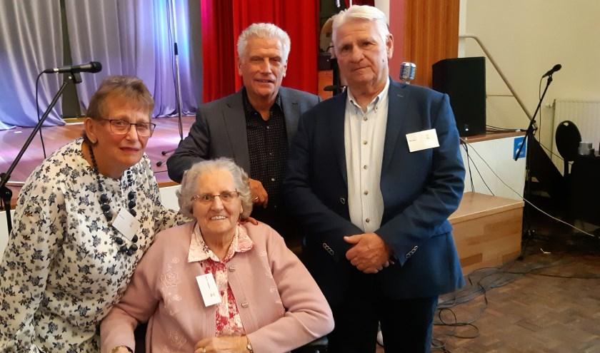 Mevrouw Riet Verreck met haar gaste mevrouw Oudshoorn en Fred Tuurenhout en Peter Brand. Allen verbonden aan De Zonnebloem Nieuw Rijswijk