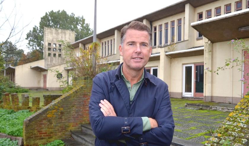 Raymond Raadtgever (Heijmans) voor het gebouw van het voormalige Shellsportpark. (Foto Frans Assenberg)
