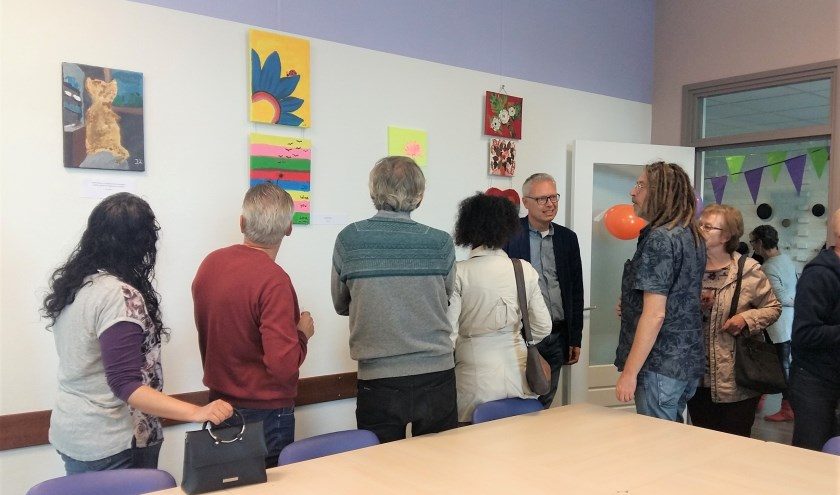 Wethouder Bekker praat met organisator Eddy en enkele andere deelnemers van de schildersgroep. (Foto: Karin Doornbos)