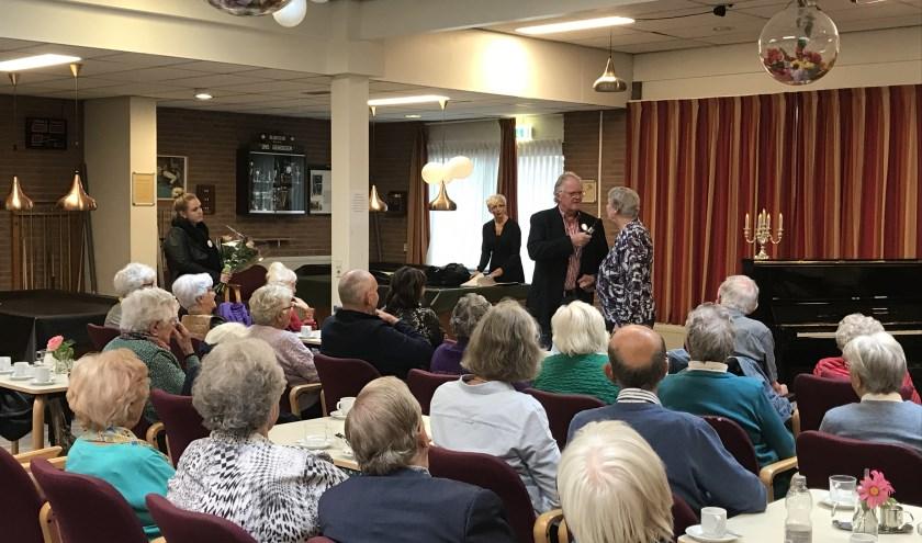 Henk van der Aar vraagt mevrouw De Boer naar haar wens. Op de achtergrond staat de de pianiste al klaar.