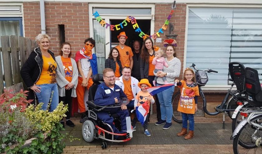 De trotse oranje fans van Richard wachten hem thuis op na selectie voor EK Powerchair.