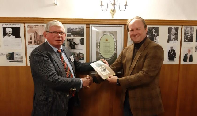 Burgemeester Van der Loo nam het jaarboek in ontvangst (foto: PR)