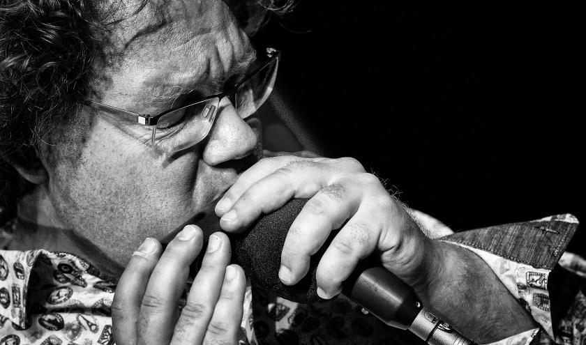 Wim Dijkgraaf op de mondharmonica. U kunt het allemaal horen in het theatercafé.