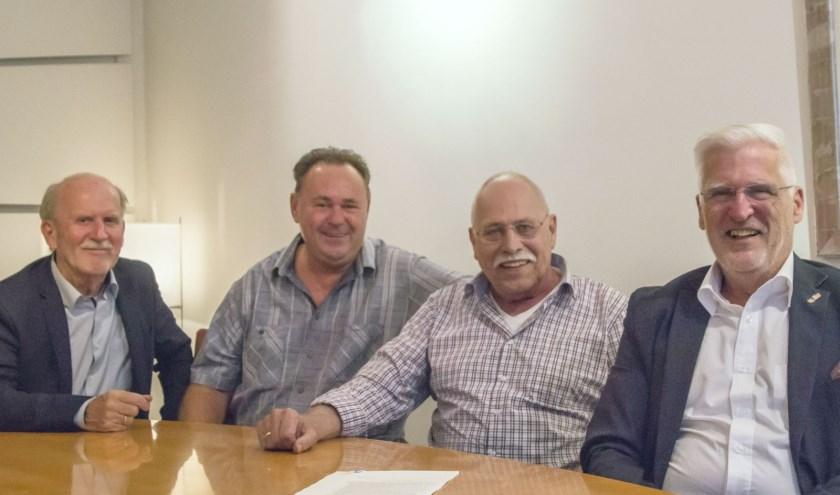 Voorzitter Hans Bouw, penningmeester Bert de Kuijer, lid Aad van Nieuwenburg en secretaris Rinus Ooms tekenden vorige week de oprichtingsakte van de stichting. (Foto: Monique van Houten)