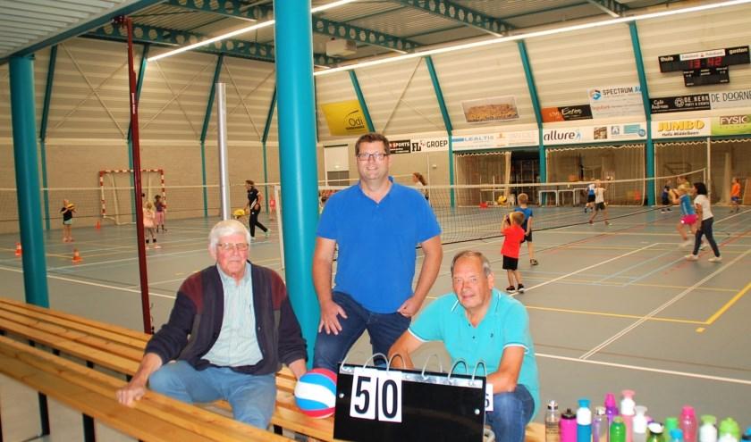 Erelid Jan van Riel, huidig voorzitter Paul Raes en trainer Jan van Gerven in de hal van De Klep, sinds 1995 de thuisbasis van vc ODI.