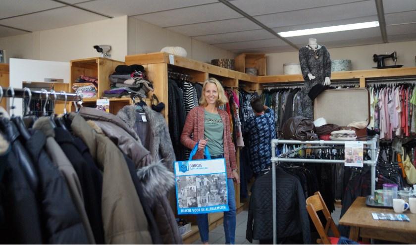 """Esther Grauss is bestuurslid van de kringloopwinkel in Brakel. """"Dit is kringloop, maar dan met kleding."""""""