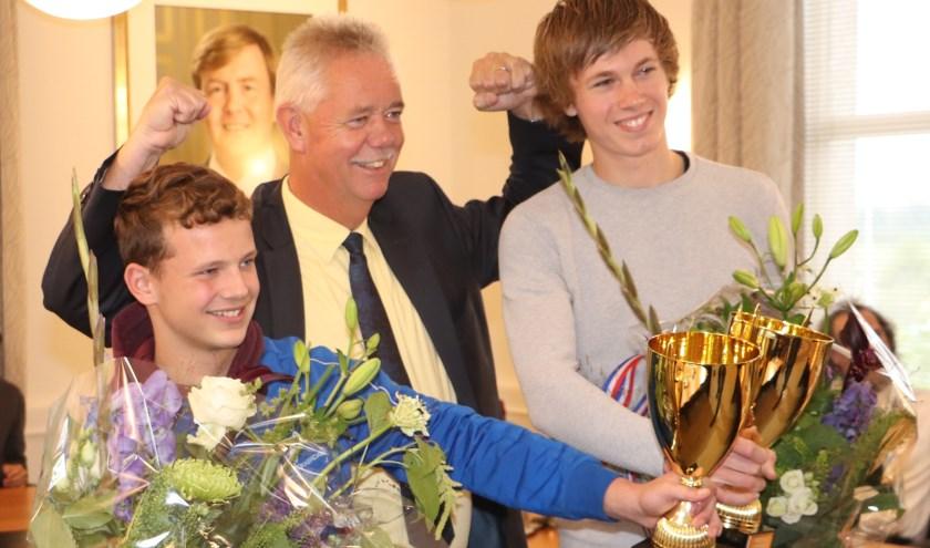Van links naar rechts Roy Velis, wethouder Van Everdingen en Reinier Overbeek.