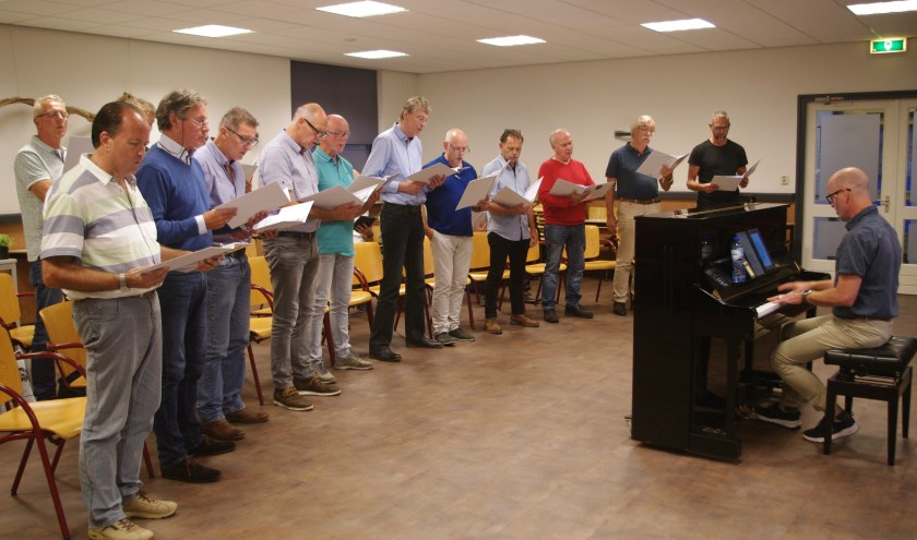 De mannen van het projectkoor zongen voor de tweede keer samen en het klonk al geweldig mooi. Tot aan het nieuwjaarsconcert repeteren ze nog een keer of acht. Dat belooft wat! (Foto: Annemieke van Ipenburg)