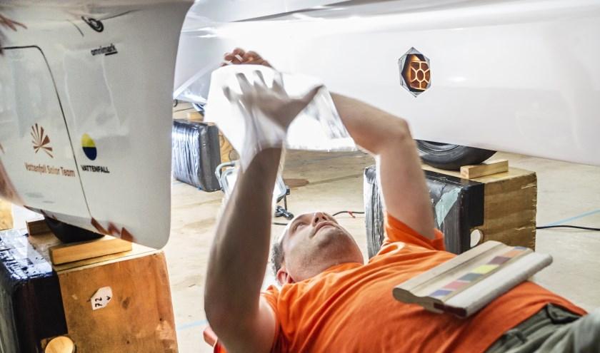 De ribbelstructuur van de shark skin begeleidt de lucht zo efficiënt mogelijk langs de auto. (foto: PR Vattenfal Solar Team).