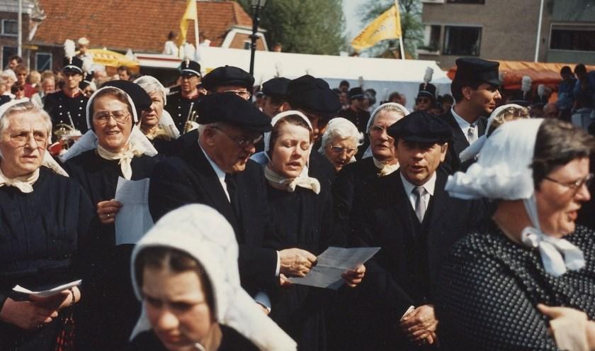 Deelnemers aan de historische operette ter gelegenheid van het 750-jarig bestaan van de stad Rijssen, nu ruim 25 jaar geleden. (Foto: Erfgoed Rijssen-Holten)