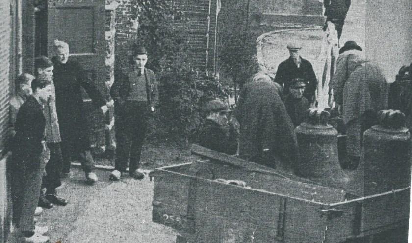 Vorderen van de klokken in 1943, foto van C.A. den Oudsten.
