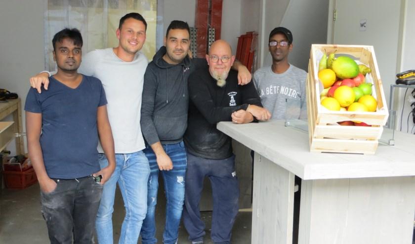 Namens de leerwerkbedrijven van het platform Sliedrecht Werkt uit Lennart Broekhuizen (tweede van links) zijn zorgen. (Foto: Yvonne Vogel)