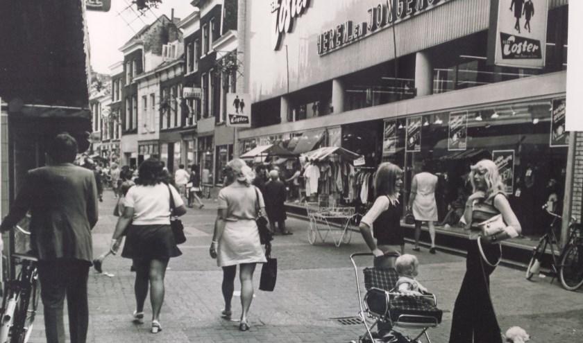 De Hoogstraat in hoogtijdagen, dé winkelstraat en het hart van de stad met beroemde winkels.